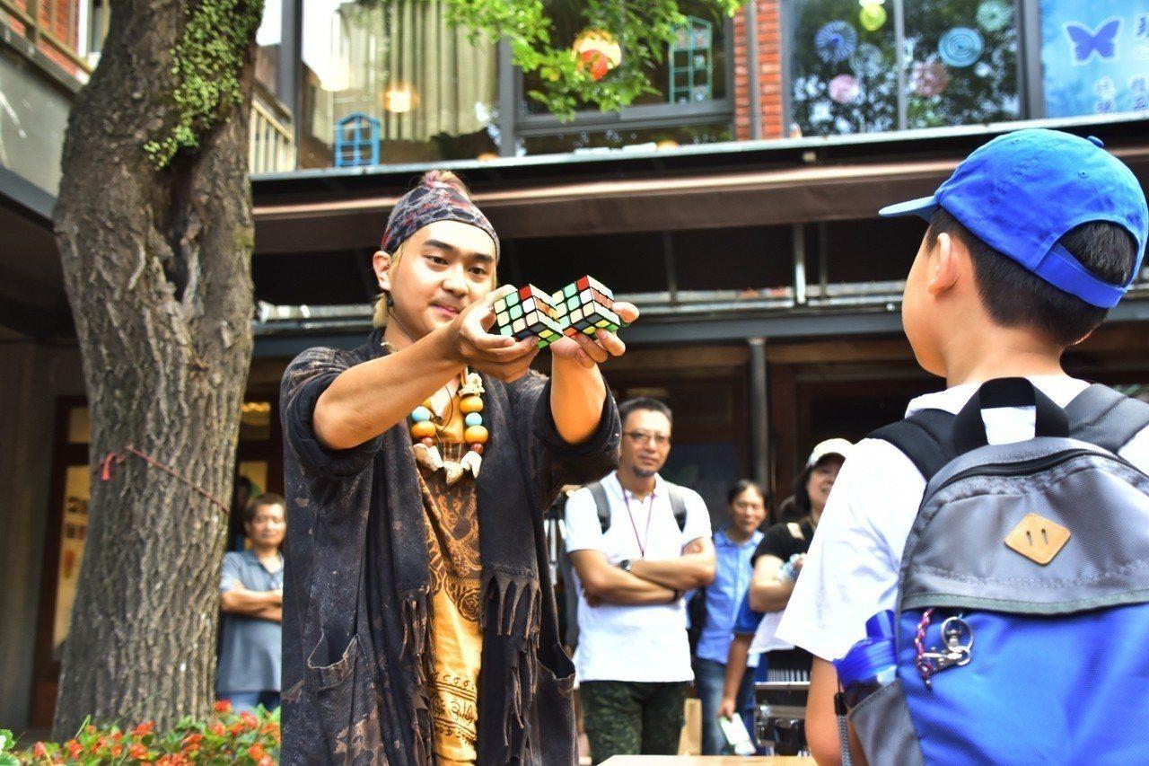 「魔幻戲法藝術節」7月1日至8月31日在宜蘭傳藝登場,暑假延長夜間營運到晚上8點...