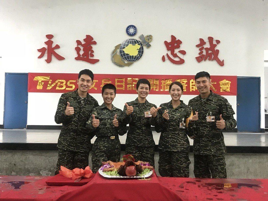 陳謙文(左起)、小嫻、劉香慈、楊晴、羅平演出「女兵日記」。圖/TVBS提供