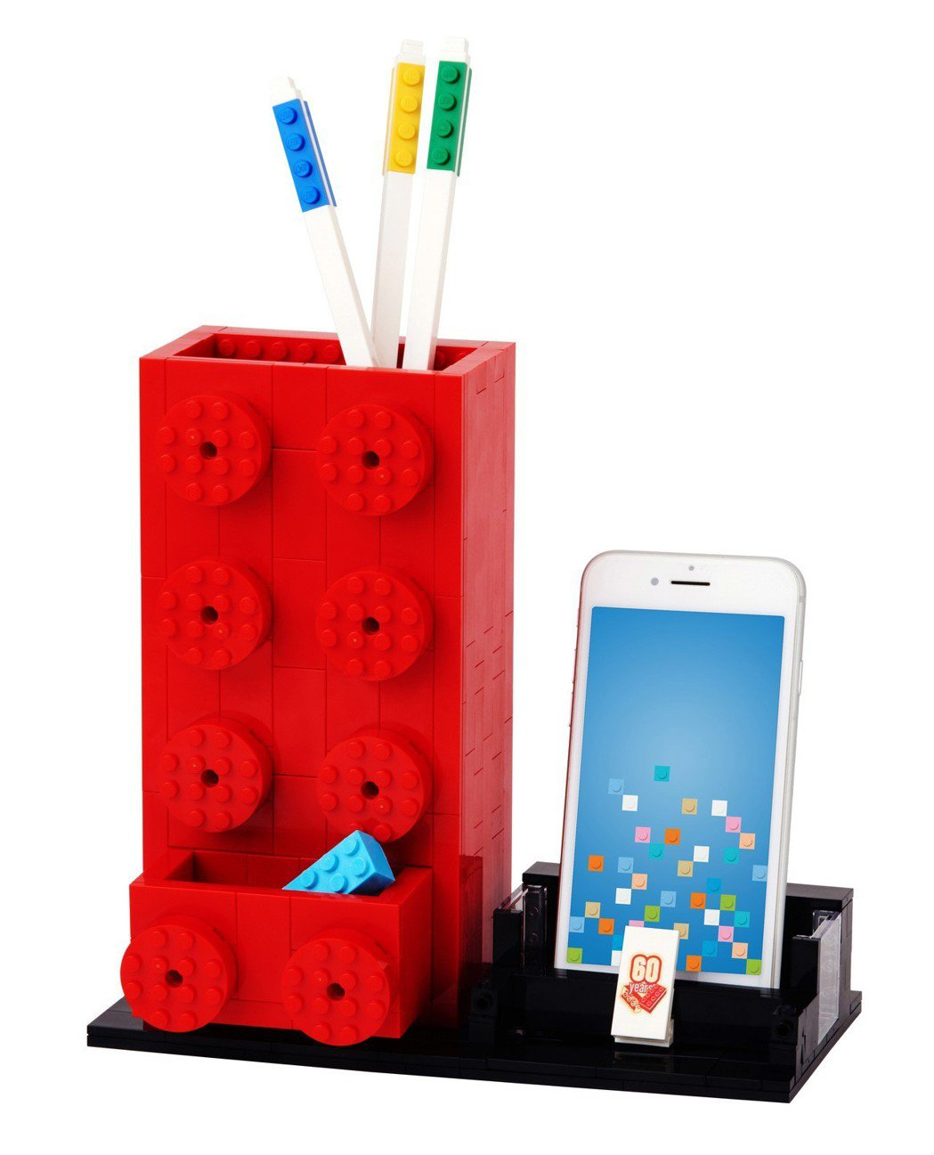 活動現場消費滿2,800元將限量加碼送出以樂高2x4積木原型設計的經典樂高積木筆筒。圖/台灣樂高提供