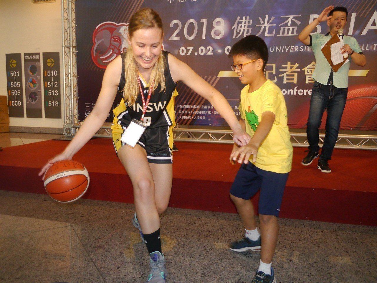 身高190公分的籃球女將跟現場小朋友互動,小朋友根本搶不到球。記者徐白櫻/攝影