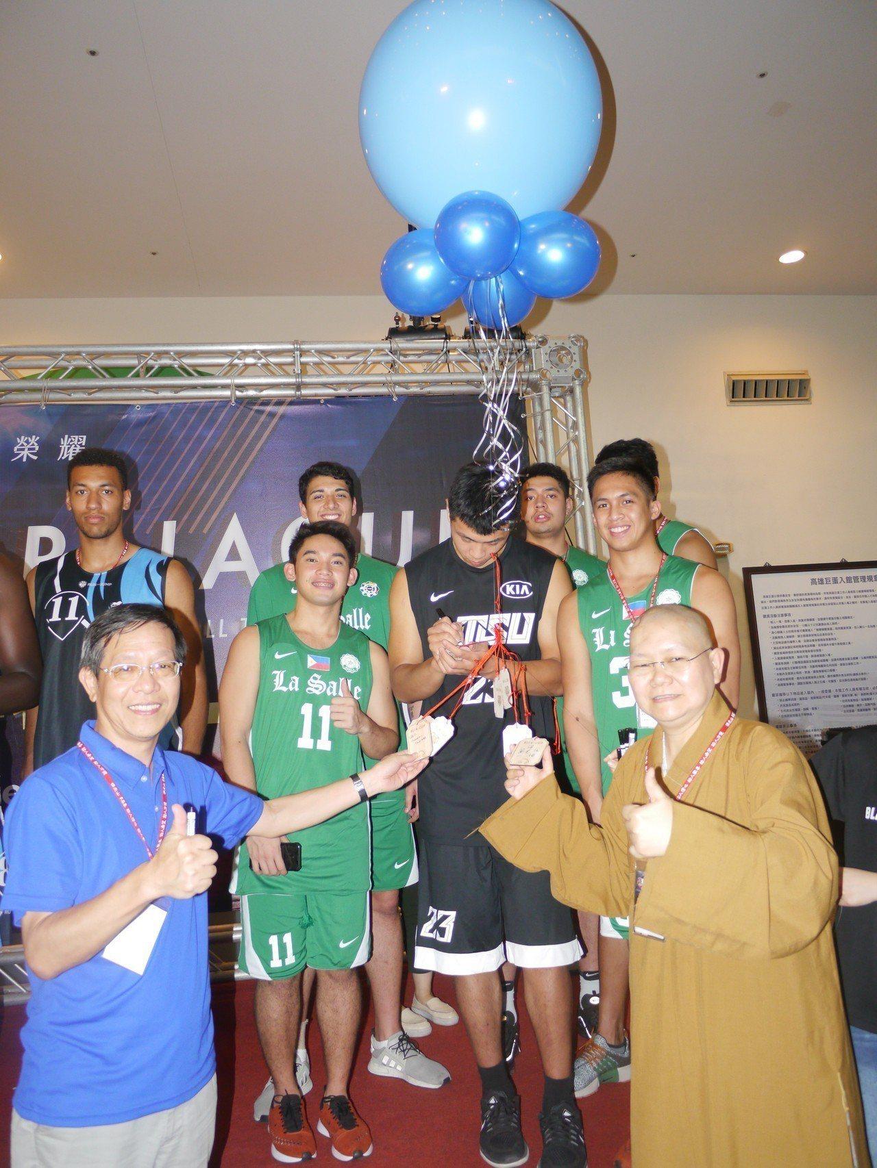 佛光盃大學籃球邀請賽已經舉辦8年,參賽選手與主辦單位一起寫下祈福話語。記者徐白櫻...