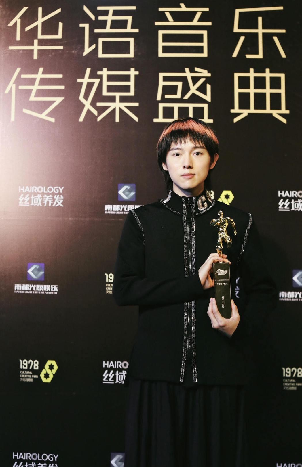 邱比拿下年度電子藝人獎。圖/ROKON滾石電音提供