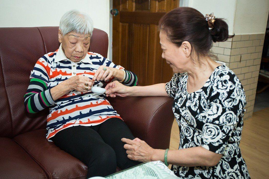 白婉芝(右)每天會提醒自己,撥給媽媽(左)一顆她最愛的金桔仔糖吃。 圖/伊甸基金...