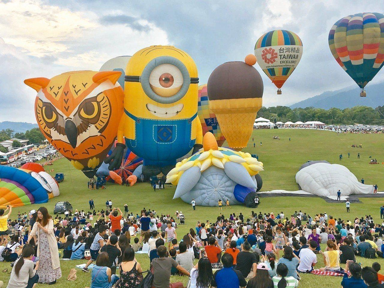 昨天下午5點半多,鹿野高台大草原上就擠進約6千名遊客等待熱氣球表演活動。 記者羅...