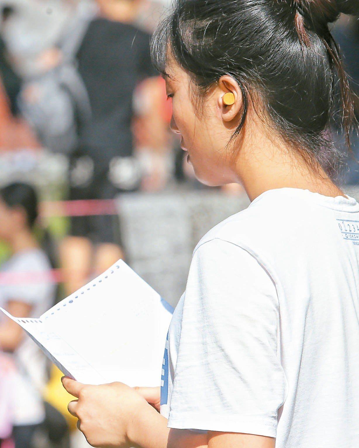 107學年度大學指考昨天進入第一天,物理、化學、生物先登場,有考生戴上耳塞專心複...