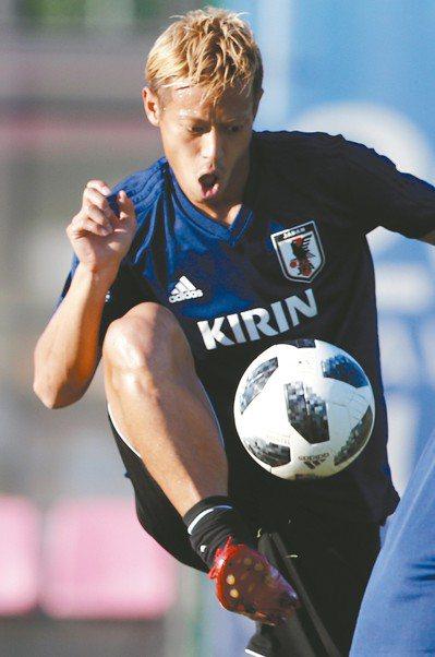 日本老將本田圭佑賽前練習,將為球隊建功。 (美聯社)