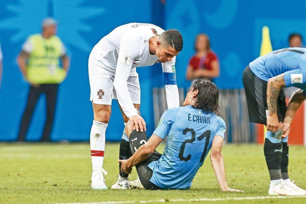 烏拉圭前鋒卡巴尼因傷退場,C羅主動攙扶。 (歐新社)