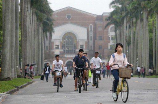 受到少子化緣故,大專校院學生人數從97學年133.7萬人,去年僅剩127.4萬人...