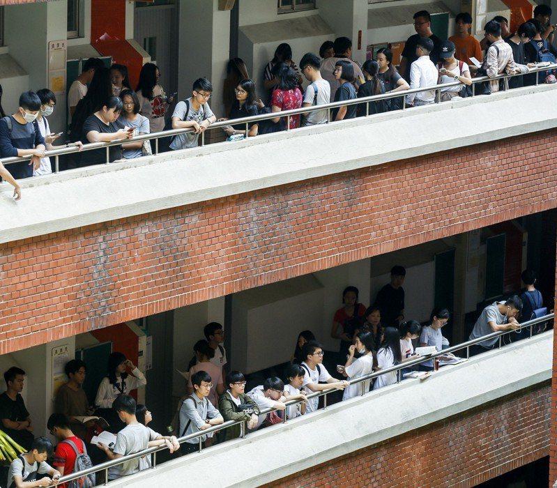 大學指考今天進行第2天的共同科目,全部約5萬多名考生上午第二節一起應考國文。記者鄭超文/攝影