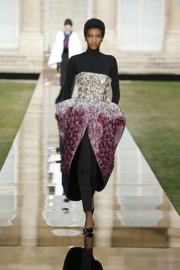 紀梵希秋冬高訂多件作品用上傳統高級訂製服的手工羽毛裝飾。圖/紀梵希提供