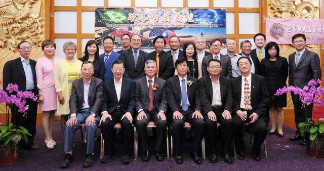 經濟部長沈榮津(前排左三)帶領產業訪問團,拜訪美西企業,極力促成美商投資智慧臺灣...