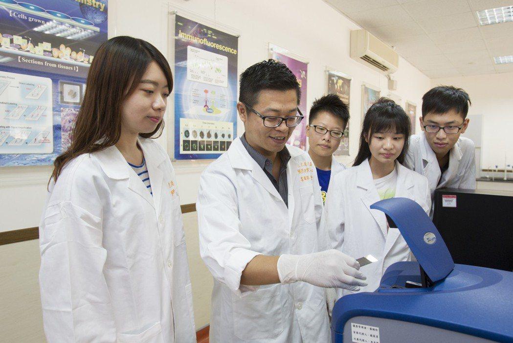 老研中心主任葉耀宗(左二)透過腸道菌相檢測套組找出潛在風險,並於研究室帶領學生研...