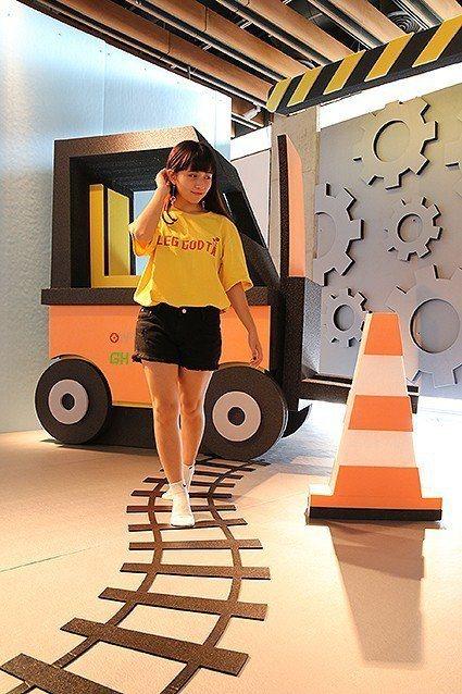 起重機是移動木箱最重要的機器之一,現在搖身成為賣萌的網美佈景之一。 陶博館/提供