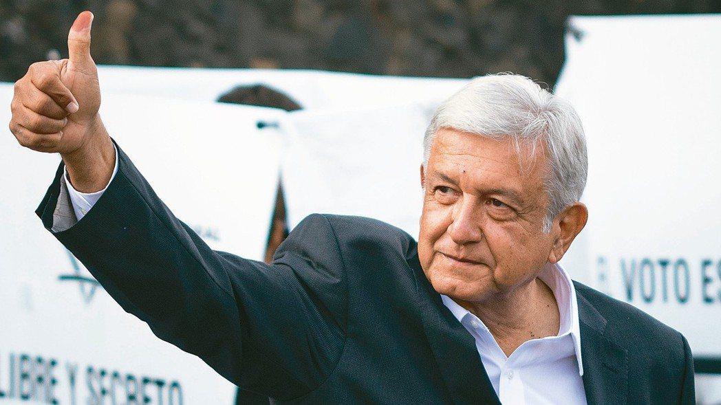 根據出口民調,墨西哥左派候選人羅培茲以壓倒性勝利當選總統。圖為羅培茲1日投完票後...