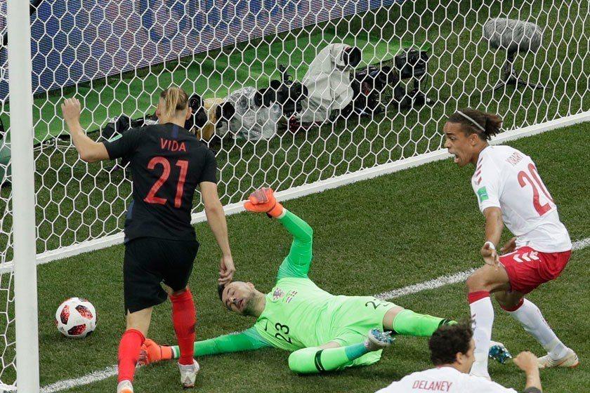 開賽不到1分鐘,丹麥隊就展開猛攻,克羅埃西亞門將蘇巴西奇(中)在慌亂中未能把球擋...