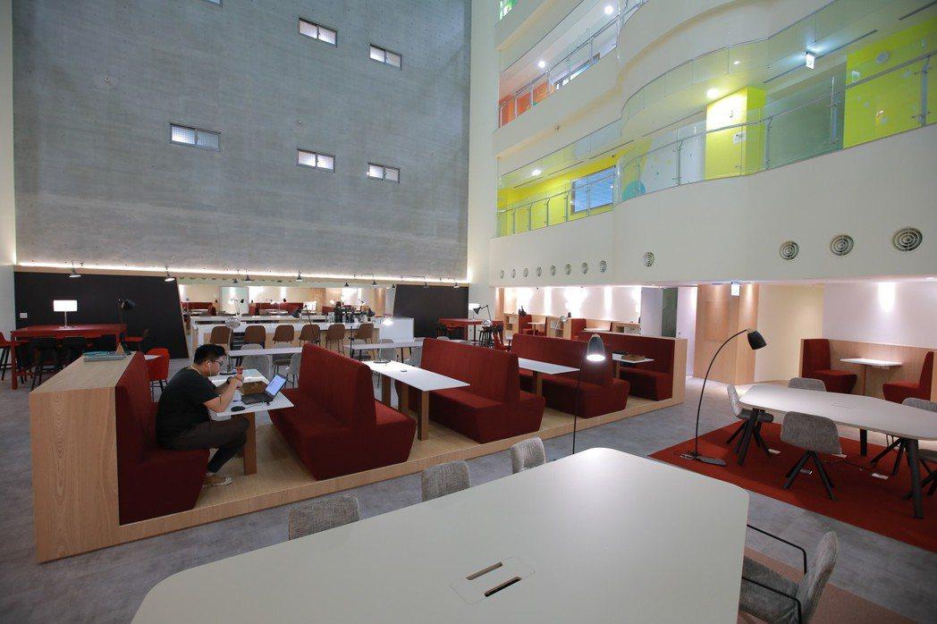 Spaces於新竹暐順大樓的據點,面積約700餘坪,座位數共計約250個。 Sp...