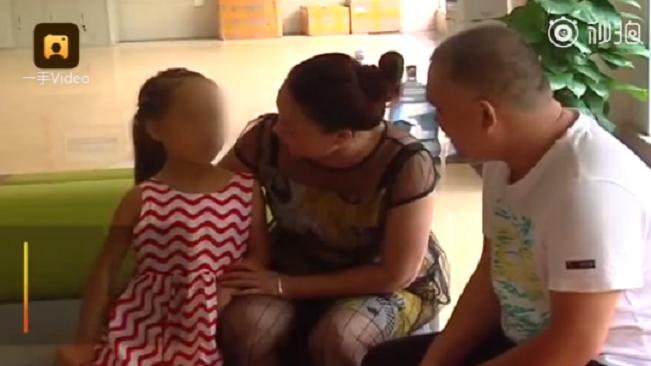 成都一對周姓夫妻8年前收養一名女孩,她被診斷罹患嚴重的地中海型貧血。取自梨視頻