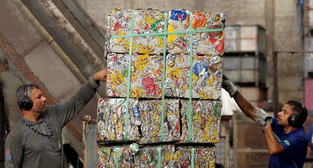 回收工廠擁有更進步的分類技術,為家家戶戶省去分類的麻煩,使資源回收變得更容易,進而提高參與度。 圖/路透社