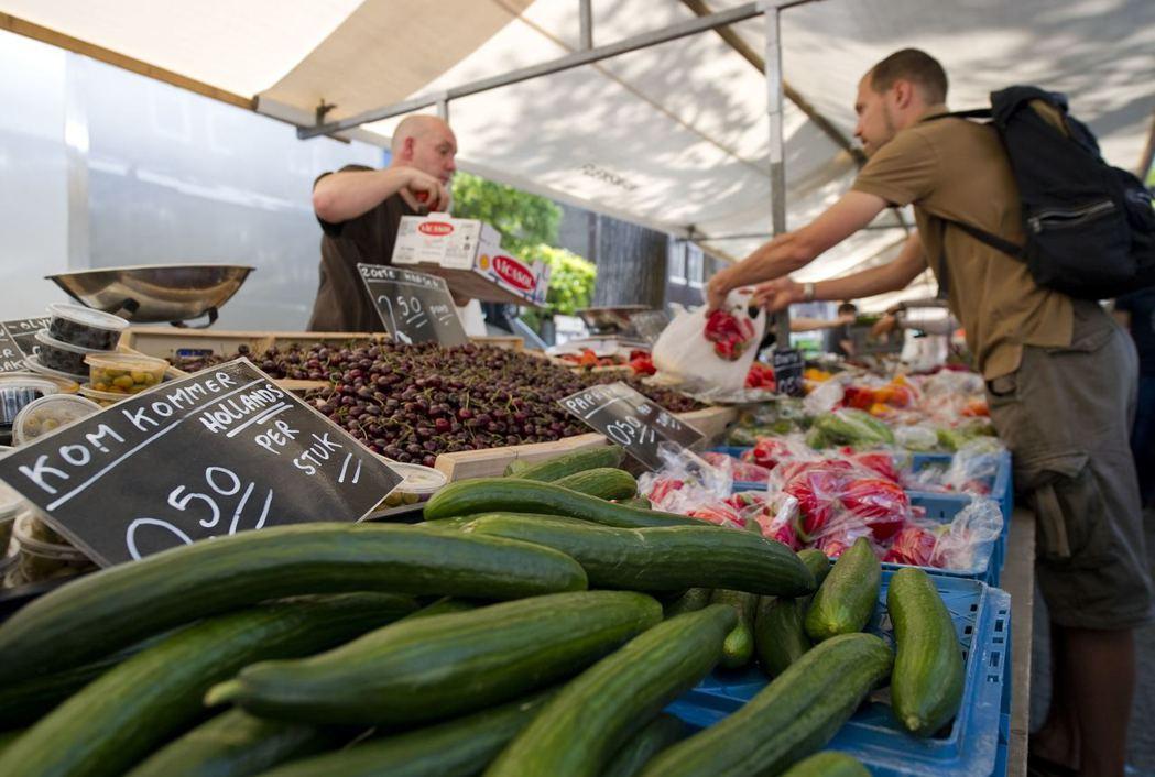 購買在地食材也是一種參與及支持當地社區的方法,讓金流在自己居住的區域循環,維持當地的經濟活動。 圖/路透社