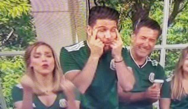美國西班牙語電視台「Telemundo」節目兩名主持人用手指拉住雙眼眼角,模仿眼...