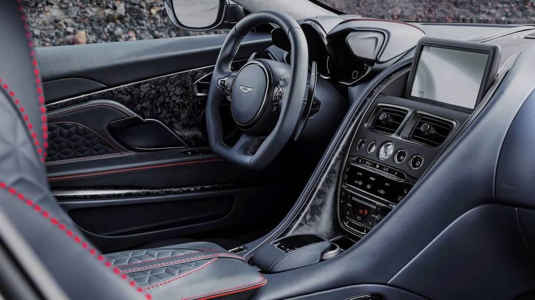 內裝鋪陳則是改為戰鬥味十足的黑紅設計做為搭配。 摘自Aston Martin