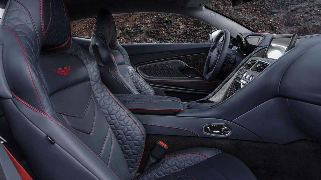 即使性能接近峰頂的DBS Superleggera內裝還是保有GT本質。 摘自Aston Martin