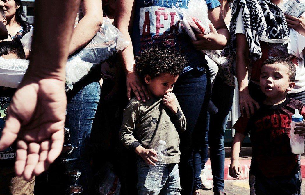 今年五月初開始,由於美國川普總統針對移民開始實施「零容忍」的策略,致使那些跨越美...