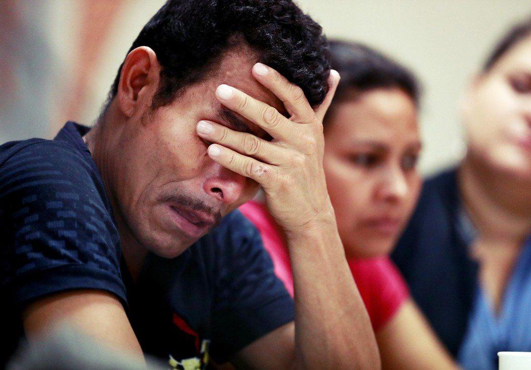 馬文來自宏都拉斯,他的兒子被美國邊境人員拆散。目前馬文已從拘留所中獲釋,並在德州...