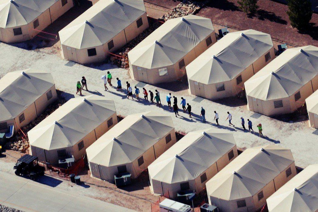 目前有2,300多個兒童或少年,從0歲到17歲不等,住進了所謂「庇護所」或是像「...