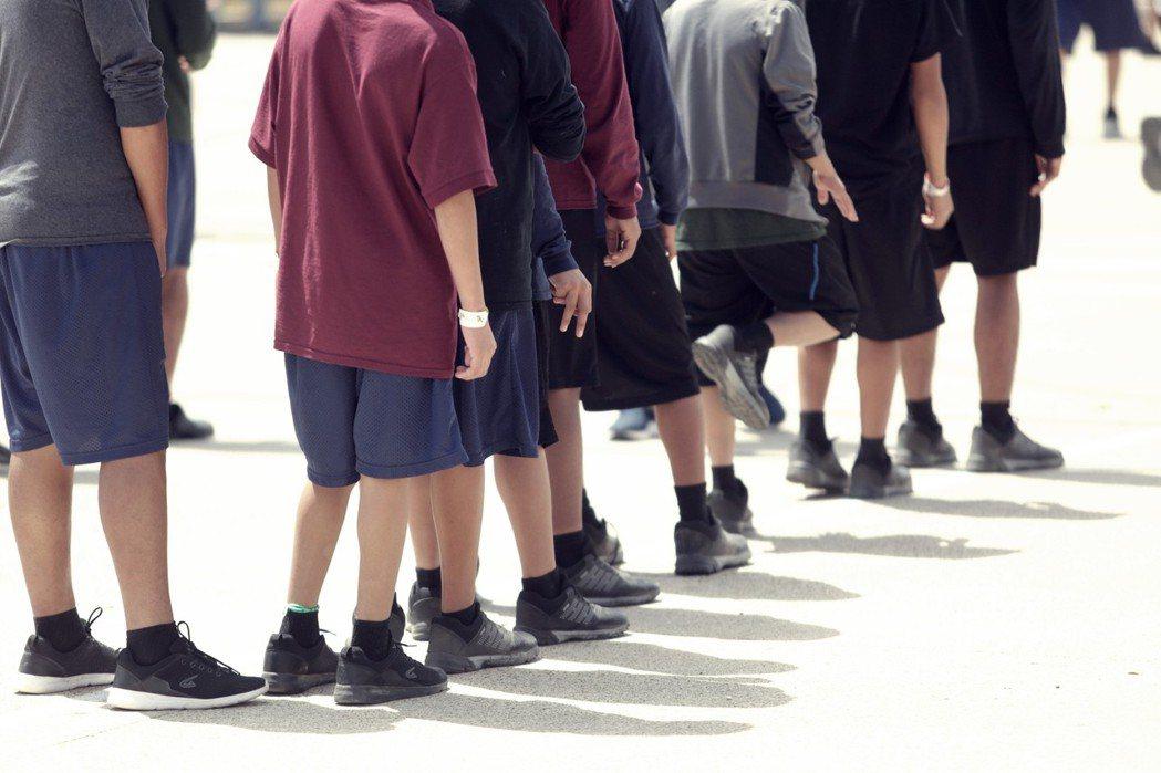 幼童與少年們像囚犯一樣,有著嚴格的生活作息、並且如同監獄的自助餐廳一樣取餐吃飯、...