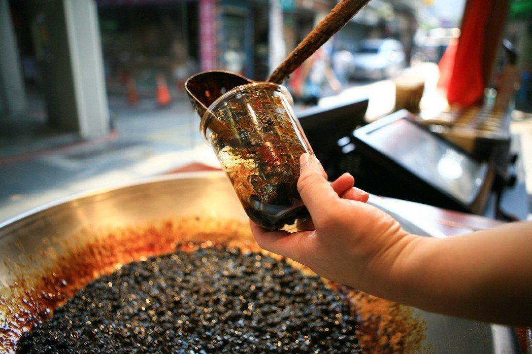 總店位於新竹城隍廟的幸福堂,使用阿嬤傳下來、祖傳一甲子的古法手炒黑糖。 幸福堂/...