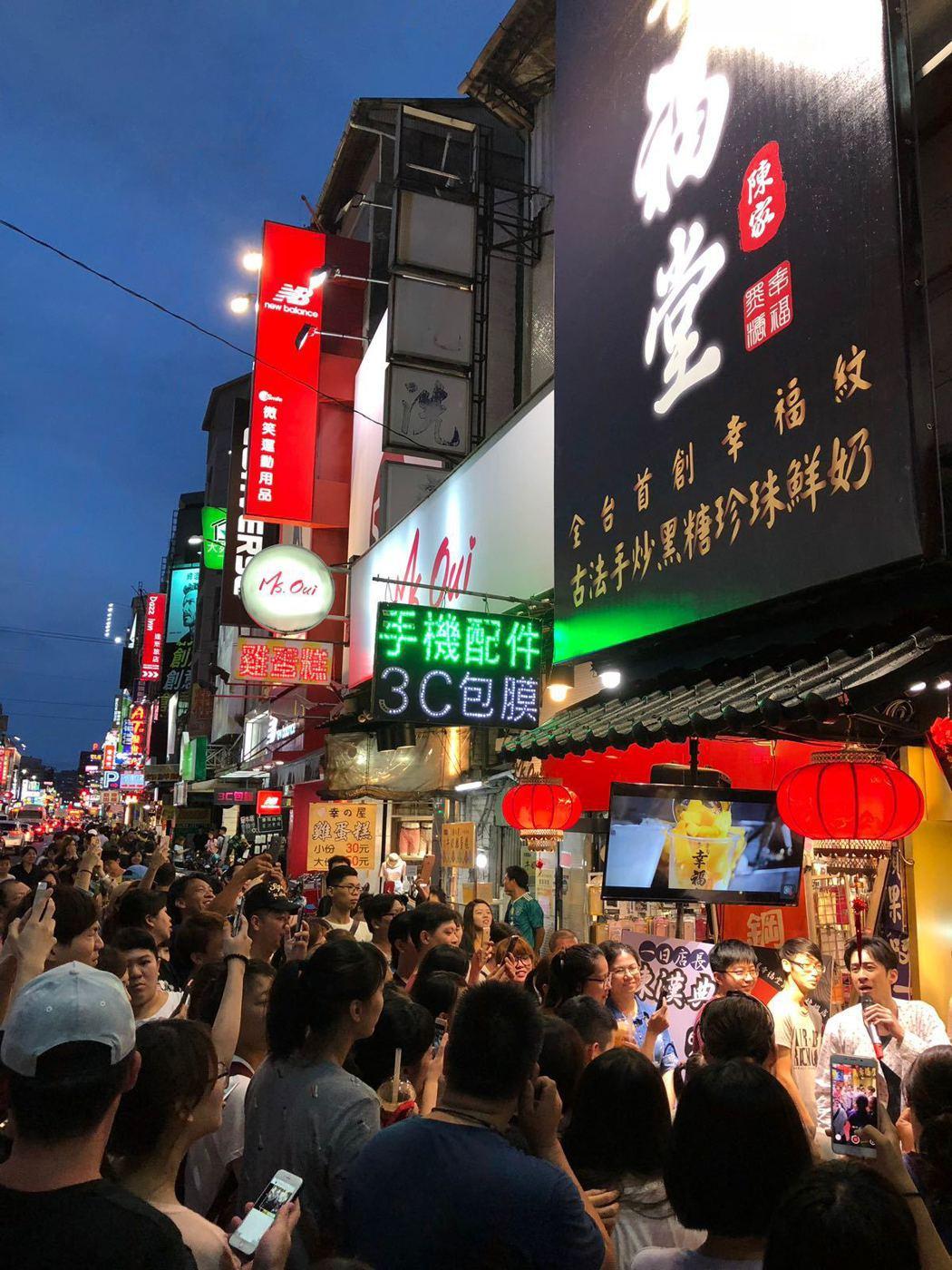 台灣黑糖珍珠鮮奶創始品牌幸福堂趕在16強開踢當日開幕,選在人潮眾多的逢甲夜市落腳...