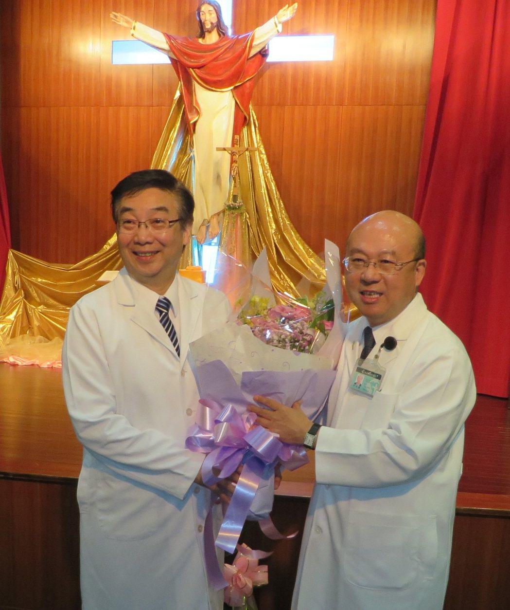 耕莘新任院長林恒毅(右)代表全院贈花給前院長馬漢光。