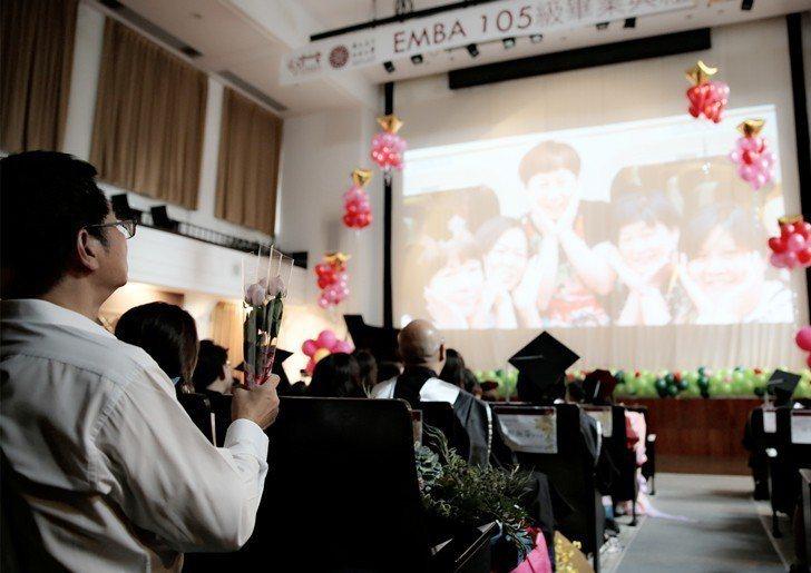 臺師大EMBA畢業典禮現場播映105級畢業生在校學習期間的生活影片。 曹佳榮/攝...
