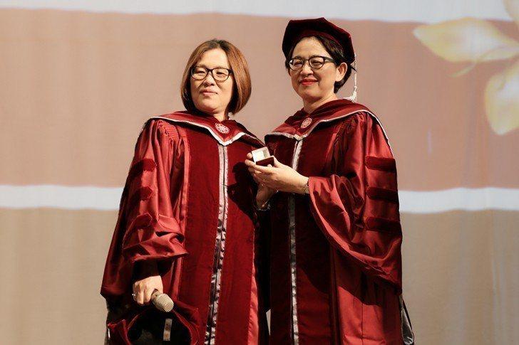 臺師大EMBA執行長王仕茹(左)與甫卸任的前執行長康敏平。 曹佳榮/攝影