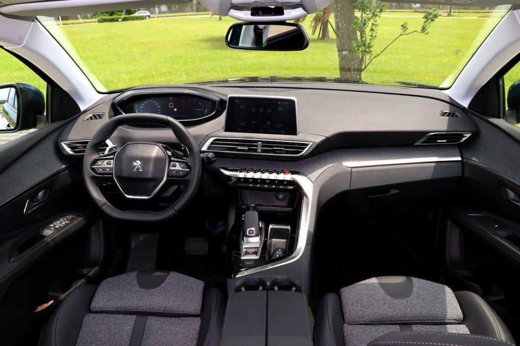 內裝部分採用第二代的i-Cockpit直覺式駕駛導向座艙。 記者陳威任/攝影