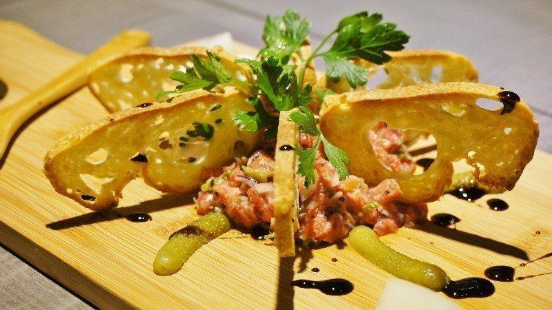 拾配法國麵包食用的靼韃近江牛塔。 徐谷楨/攝影