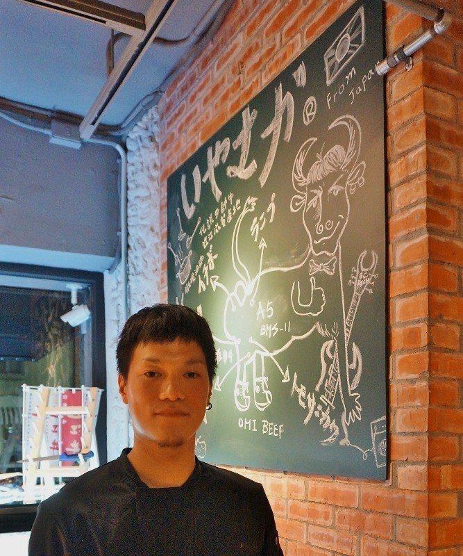 外型有李小龍味道的主廚Bruce,以粉筆手繪近江牛的各部位在黑板上,橫生趣味。