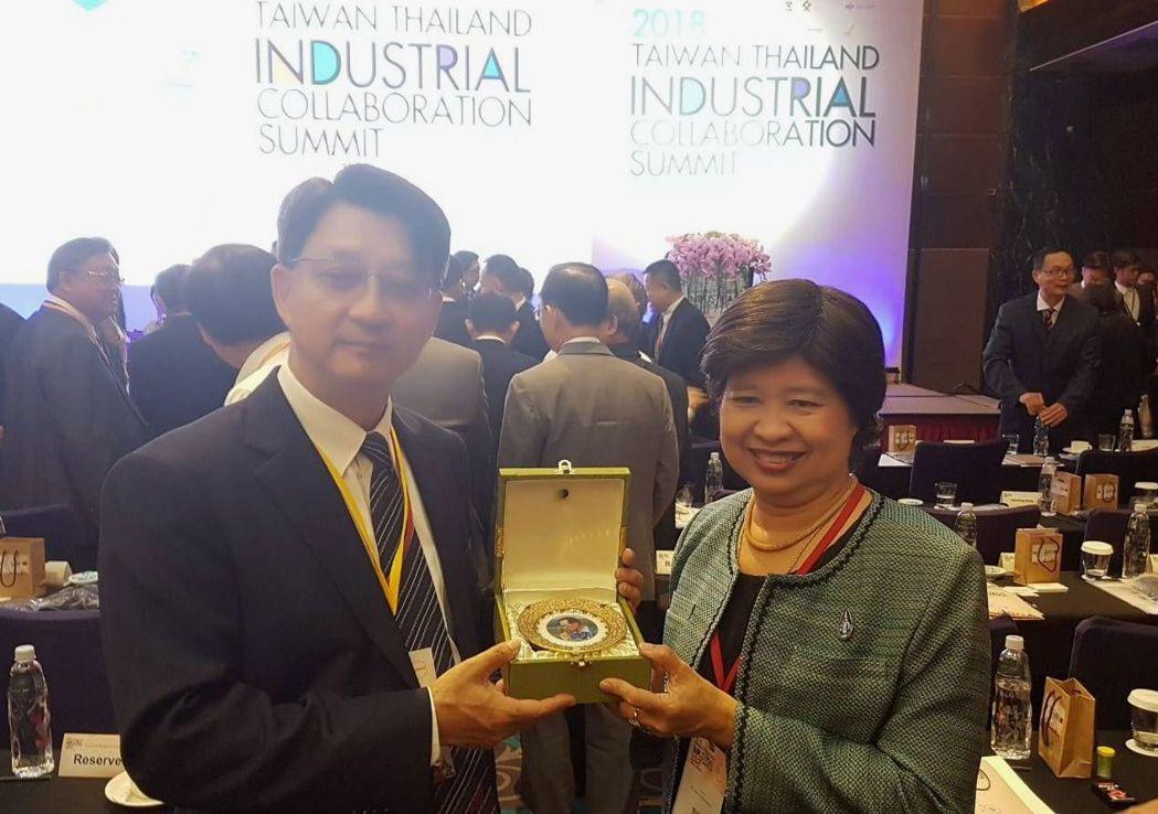 台灣食品工業發展研究所所長廖啟成(左)與泰國中研院長Dr.Luxamee Pla...