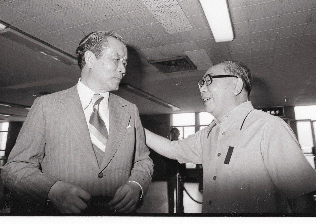 圖為經濟部長孫運璿(左)任內照片,右為當時的行政院長蔣經國。 本報系資料庫