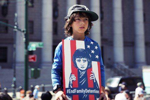 「#終結家庭拘留」美國當前對於邊境非法移民的零容忍政策,雖然強調「嚇阻偷渡」的目...