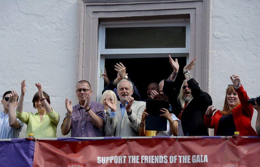 工黨似乎又成為新一代年輕人的希望。圖為工黨黨魁柯賓,2017年時出席杜倫礦工大遊...