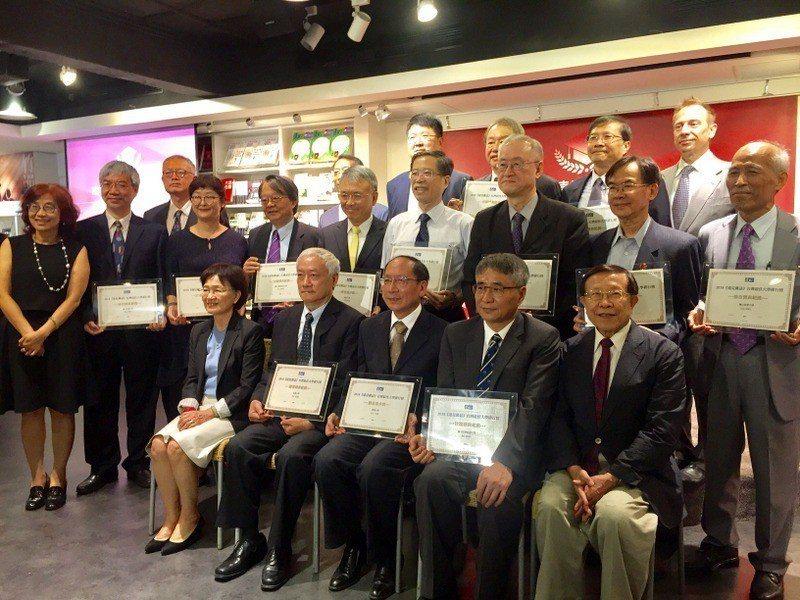 遠見雜誌公布第三屆「台灣最佳大學排行」,多位大學高層代表出席領獎。(photo ...