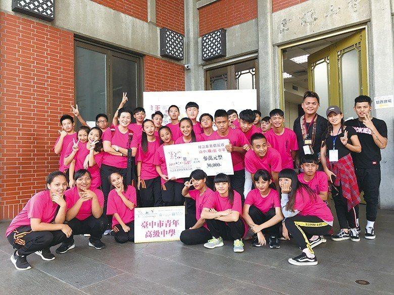 2017年原民社參與「E 起舞動」榮獲全國第二名 【圖・何柏彣、青年高中】