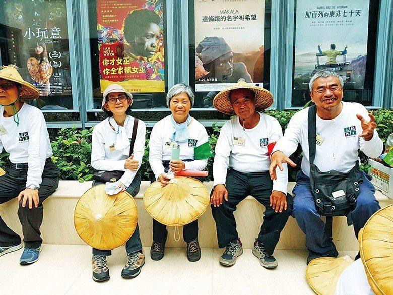 陳來興(右一)是畫家也是土地行者 【圖・陳來興】