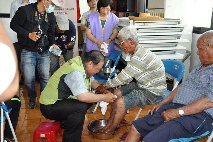 陳光復親自蹲下來為長者洗腳,令村民相當感動。 澎湖縣政府粉絲團