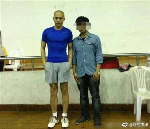 高雲翔(左)一張光頭照片在網路上瘋傳,傳言是假釋照,事後證明是舊照。圖/摘自微博