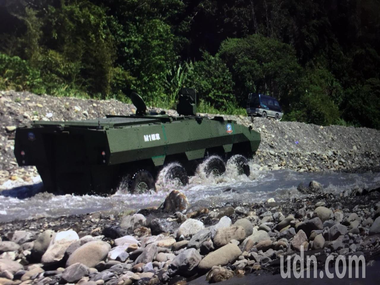 「二代雲豹」原型樣車行駛在高低起伏、有巨大礫石的濁水溪河岸,並且入水渡河,逆流而...