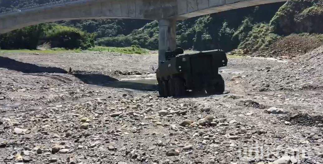 軍備局209廠自行研發的「雲豹二代裝甲車」「M1樣車」,上周進入高低起伏、有巨大...