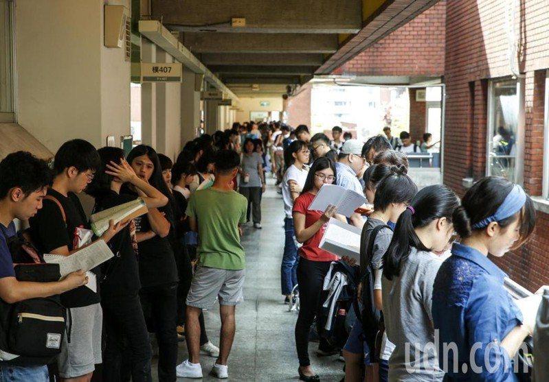 大學指考第二天,國文科首度取消作文,全改為選擇題。記者鄭超文/攝影